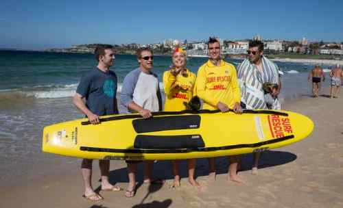 LA Dodgers with surf lifesavers on Bondi Beach (Drew Butera, Tim Federowicz, Mike Baxter, Chris Withrow).