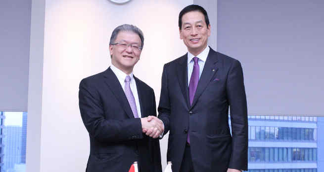 Masahiko Uotani, President and CEO of Shiseido (right) shakes hands with Franky O. Widjaja, Vice Chairman of Sinar Mas upon establishment of new joint venture company.