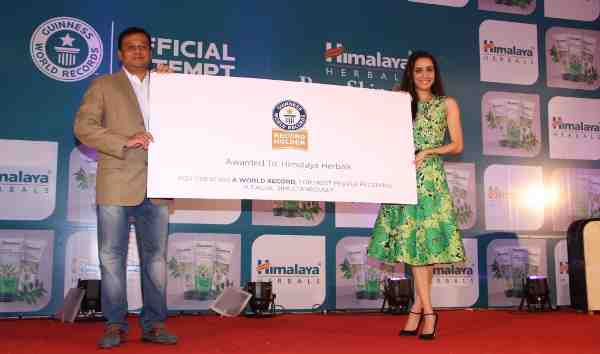 Rajesh Krishnamurthy, Business Head - Consumer Products Division, The Himalaya Drug Company and Shraddha Kapoor with the Guinness World Record certificate