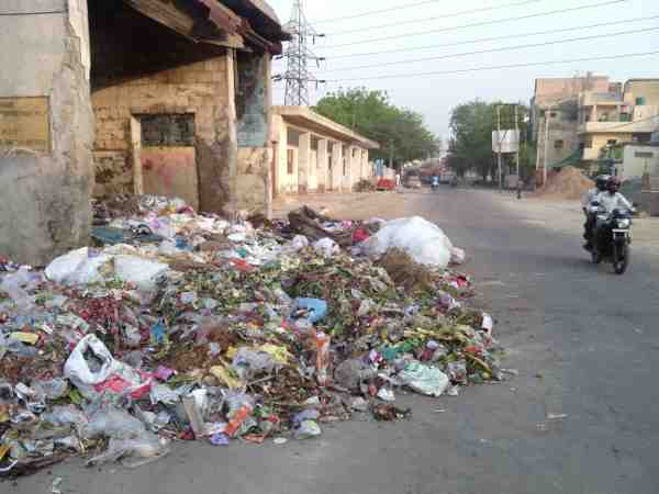 The entire rubbish of the locality thrown in the open is blocking a part of the road in Delhi