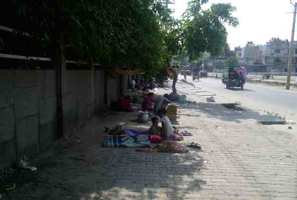 Poor Laborers Live on Open Delhi Pavements