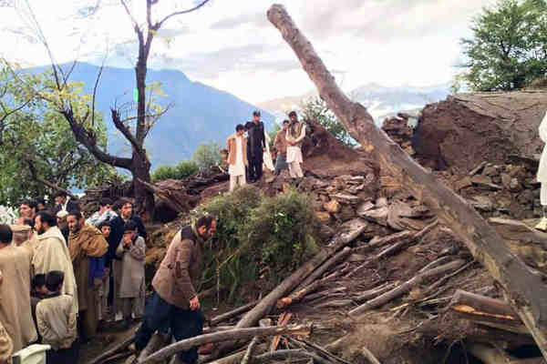 Residents view devastation caused by the earthquake in Shangla District, in the Khyber-Pakhtunkhwa province of Pakistan on 26 October 2015. Photo: UNICEF Pakistan
