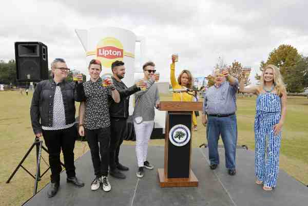 Lipton Breaks World Record for Largest Iced Tea