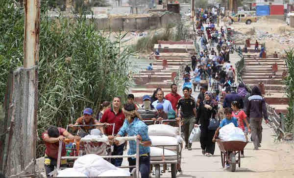 Families fleeing violence in Ramadi, Anbar province, walk across Bzebiz Bridge into Baghdad province in Iraq. Photo: UNICEF / Wathiq Khuzaie