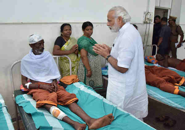 Narendra Modi visits Kollam Distt. Hospital to meet the victims of fire accident, in Kerala on April 10, 2016