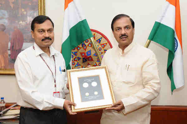 Mahesh Sharma releasing Maharana Pratap coins in New Delhi on May 09, 2016