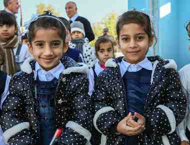 Aysha and Malak, both 6, whose families fled violence in Mosul, at UNICEF-supported Al-Harith Primary School in Kirkuk Governorate, Iraq, November 2015