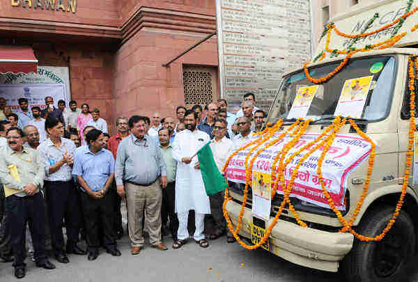 Ram Vilas Paswan flagging off the mobile vans for selling pulses at reasonable prices in Delhi, in New Delhi on June 15, 2016