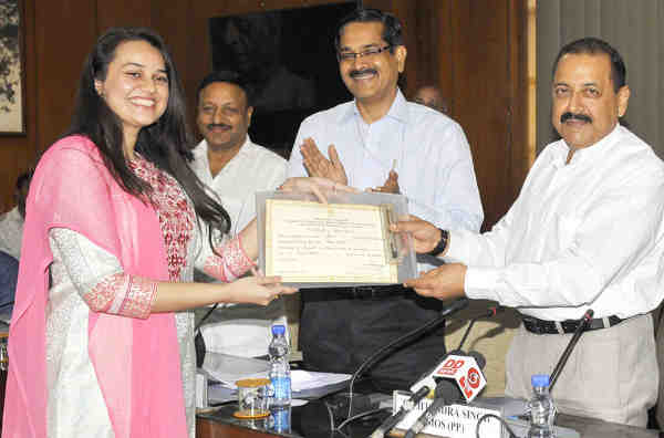 Jitendra Singh felicitating Tina Dabi, topper of Civil Services Examination, 2015, in New Delhi on June 01, 2016