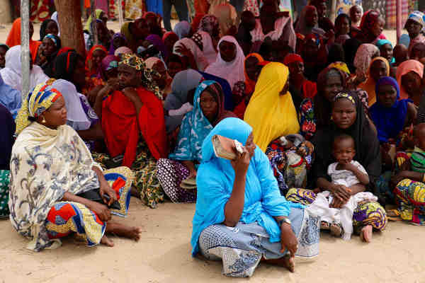 In northeastern Nigeria, people who fled Boko Haram violence, gather at a mobile phone-based cash distribution site set up by WFP and the Government in Maiduguri. Photo: WFP / Simon Pierre Diouf