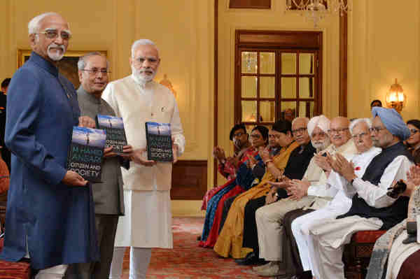 The President, Shri Pranab Mukherjee releasing the book 'Citizen and Society', authored by the Vice President, Shri M. Hamid Ansari, at Rashtrapati Bhavan, in New Delhi on September 23, 2016. The Prime Minister, Shri Narendra Modi, the former Prime Minister, Dr. Manmohan Singh and other dignitaries are also seen.