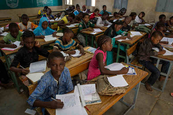 Children attend classes at a school in Gao, Mali. UN Photo/Marco Dormino
