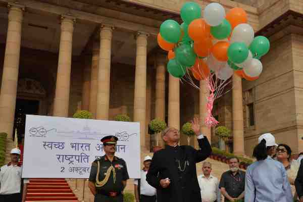 President of India, Pranab Mukherjee, released balloons on October 2 to celebrate Swachh Bharat Abhiyan