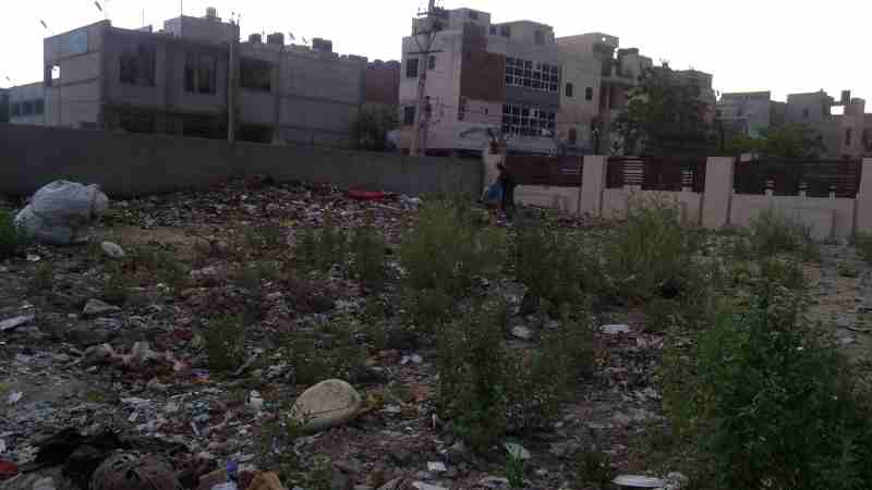 Houses in India are mostly surrounded by stinking waste. Photo: Rakesh Raman