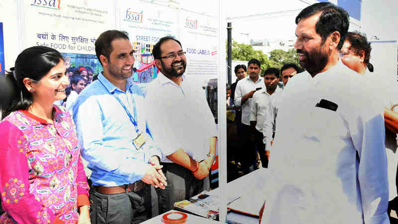 The Union Minister for Consumer Affairs, Food and Public Distribution, Shri Ram Vilas Paswan visiting the Consumer Mela 2016, in New Delhi on October 20, 2016