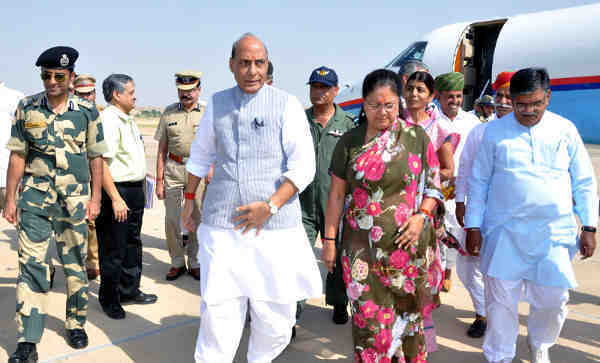 Rajnath Singh being received by the Chief Minister of Rajasthan, Smt. Vasundhara Raje Scindia, in Jaisalmer on October 07, 2016