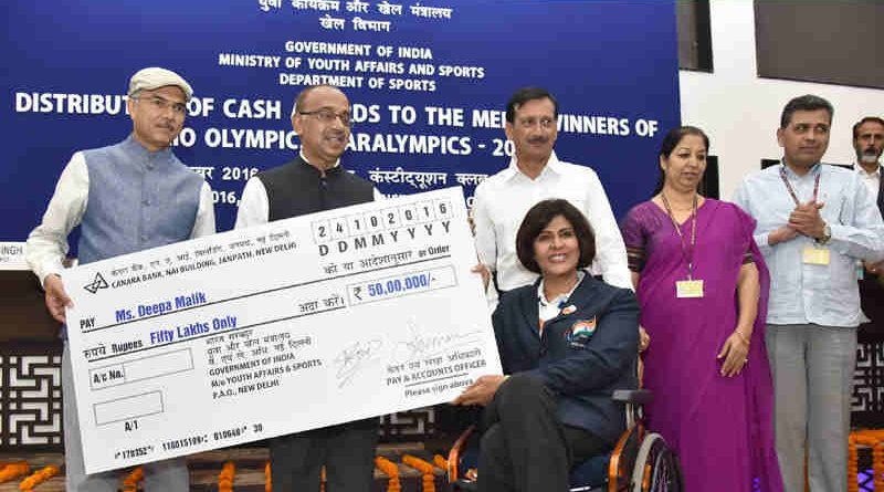 Vijay Goel distributing the cash Award to Ms. Deepa Malik, the medal winner of Rio Olympics / Paralympics 2016, at a function, in New Delhi on October 24, 2016