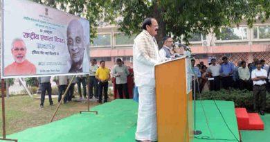 M. Venkaiah Naidu administering the Rashtriya Ekta Diwas pledge to the employees, on the occasion of Sardar Vallabhbhai Patel's birth anniversary, at Nirman Bhawan, in New Delhi on October 31, 2016