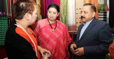 Smriti Irani and Jitendra Singh visiting the Purbashree Stall at Dilli Haat, INA, in New Delhi on November 28, 2016