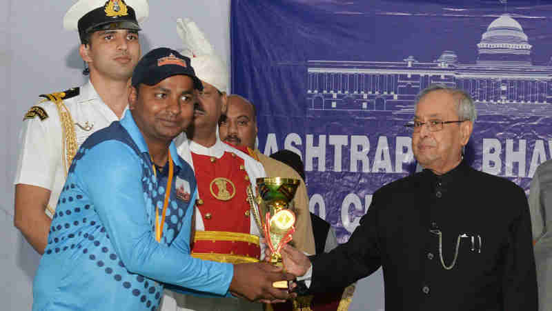 Pranab Mukherjee presented the prizes to the participants of the Rashtrapati Bhavan League T-20 Cricket Tournament - 2016 at President's Estate, in New Delhi on November 13, 2016