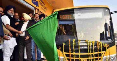 Sukhbir Singh Badal flagging off the first Metro bus in Amritsar