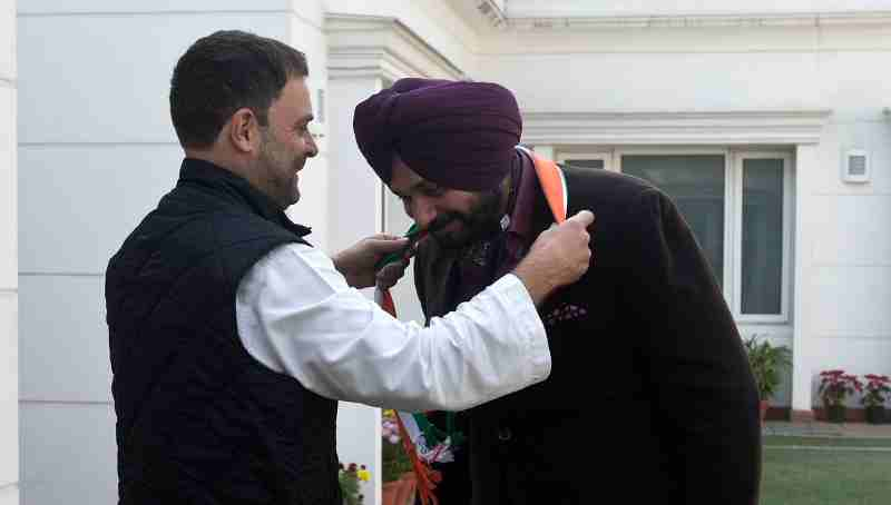 Congress Vice President Rahul Gandhi welcomes Navjot Singh Sidhu into the Indian National Congress
