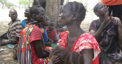 Displaced women and children under a hot sun in South Sudan. Photo: UN