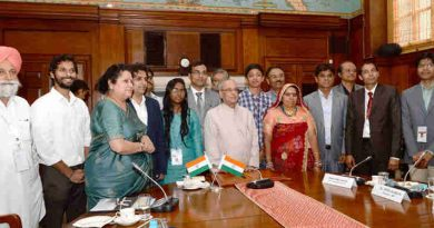 Pranab Mukherjee with the Innovation Scholars, Writers and Artists who are part of In-Residence Programme, at Rashtrapati Bhavan, in New Delhi on March 15, 2017