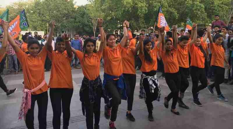 Delhi BJP organized a flash mob show on April 20 to attract voters for the MCD Election on April 23, 2017.