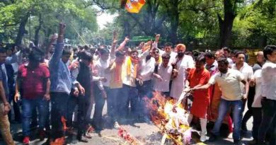 Delhi BJP workers burned effigies of Congress leaders Sonia Gandhi and her son Rahul Gandhi.