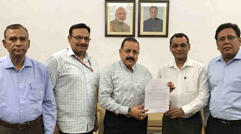 Dr. Jitendra Singh receiving a memorandum from a delegation of DANICS officers, in New Delhi on May 22, 2017.