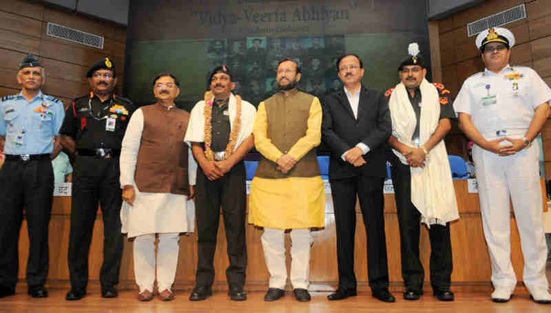 "Prakash Javadekar honoured the Param Veer Chakra heroes, at the inauguration of the ""VIDYA, VEERTA ABHIYAAN"", in New Delhi on May 02, 2017"