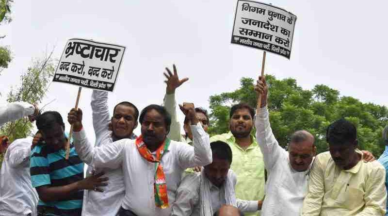 Delhi BJP holding a demonstration near Delhi Vidhan Sabha complex against the Arvind Kejriwal government. (file photo)