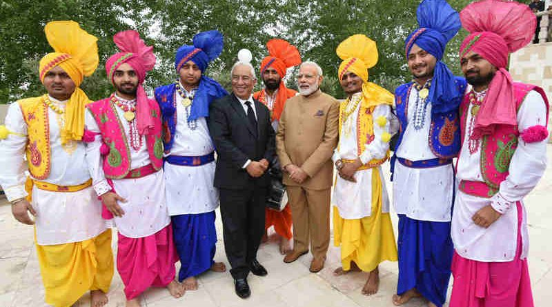 The Prime Minister, Shri Narendra Modi and the Prime Minister of Portugal, Mr. Antonio Costa with the performers from Indian community during his visit to Comunidade Hindu de Portugal, a Hindu Temple, in Lisbon, Portugal on June 24, 2017.