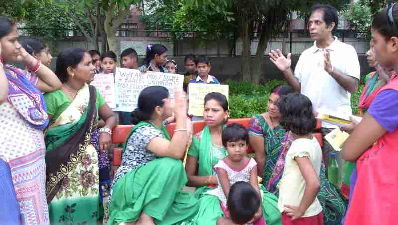 RMN Foundation founder and school teacher Rakesh Raman explaining the benefits of modern alternative education to parents.