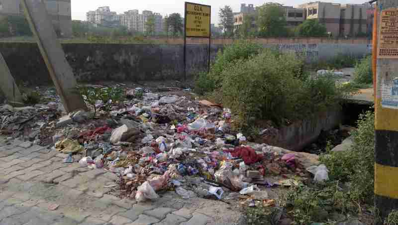 Another dangerous site spreading pollution just near a Delhi government school building. Photo: Rakesh Raman
