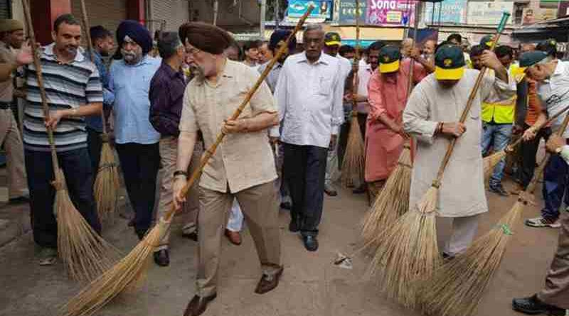 India's Minister of Housing & Urban Affairs Hardeep Singh Puri participating in 'Swacchata Hi Sewa' campaign at Sarojini Nagar Market in NDMC area on September 17, 2017.