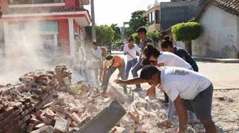 On 9 September 2017 in Oaxaca, Mexico, adolescent volunteers from San Blas Atempa help to remove debris and clear the streets of San Mateo del Mar affected by the earthquake. Photo: UNICEF