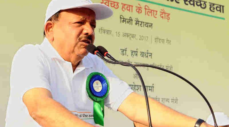 """Dr. Harsh Vardhan addressing the gathering at the flag-off ceremony of a Mini-Marathon - """"Run for Clean Air"""", in New Delhi on October 15, 2017"""