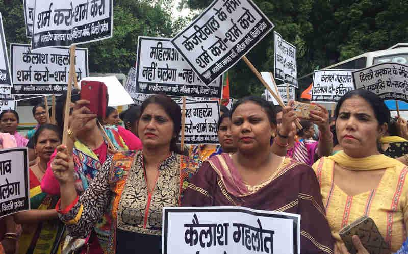 महिला IAS अधिकारी को केजरीवाल सरकार के मंत्री द्वारा धमकी देने और प्रताड़ित करने के विरोध में भाजपा दिल्ली महिला मोर्चा का मुख्यमंत्री केजरीवाल के निवास पर प्रदर्शन। Photo: BJP