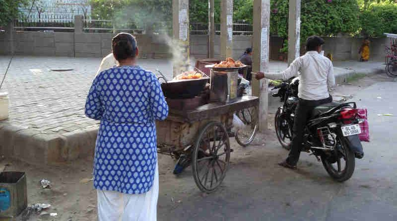 A Pakora seller in Delhi. Photo: RMN News Service