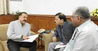 """The Vigilance Commissioners, Central Vigilance Commission, T.M. Bhasin and Sharad Kumar, calling on a Minister for Prime Minister's Office Dr. Jitendra Singh, to hand over the CVC Analysis Report on """"Top 100 Bank Frauds"""", in New Delhi on October 17, 2018. (file photo). Courtesy: PIB"""