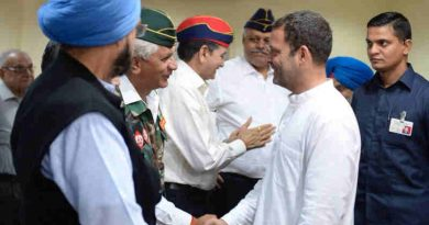 Rahul Gandhi meeting ex-servicemen of India. Photo: Congress