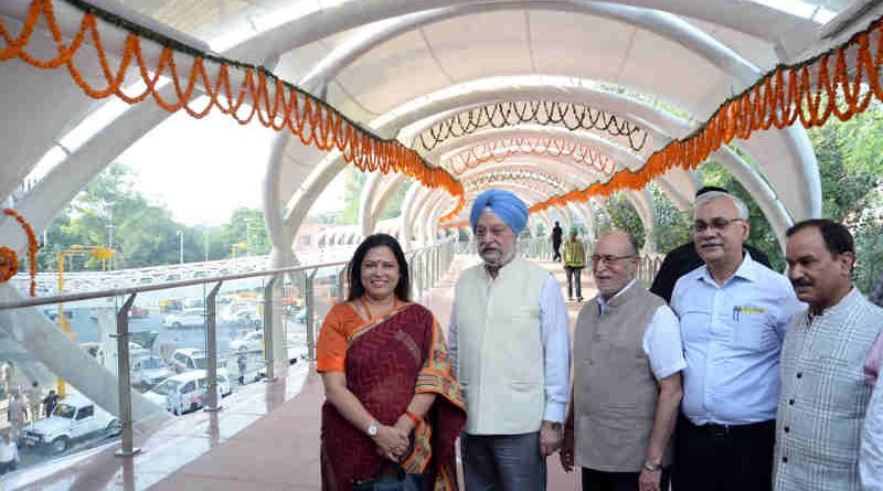 The Minister of State for Housing and Urban Affairs (I/C), Shri Hardeep Singh Puri at the inauguration of the Skywalk & FOB, at 'W' Point, in New Delhi on October 15, 2018. The Lt. Governor of Delhi, Shri Anil Baijal, the Member of Parliament, Smt. Meenakshi Lekhi and the Secretary, Ministry of Urban Development, Shri Durga Shanker Mishra are also seen.