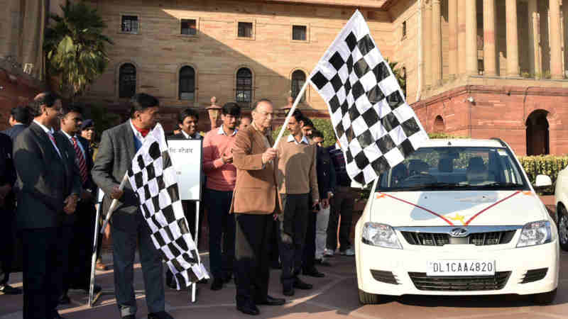 Arun Jaitley flagging off the E-vehicle, at the inauguration of the E-vehicle and charging station in North Block, New Delhi on January 09, 2019