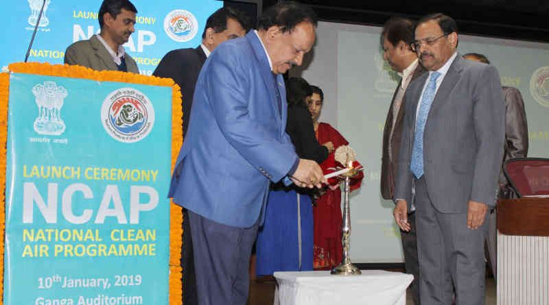 Dr. Harsh Vardhan lighting the lamp at the launch of the National Clean Air Programme (NACP), in New Delhi on January 10, 2019