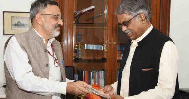 Cabinet Secretary Rajiv Gauba with his predecessor P.K. Sinha in New Delhi on August 30, 2019. Photo: PIB
