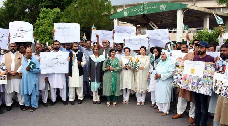 Employees of Ministry of Information & Broadcasting showing solidarity with people of Indian Occupied Jammu and Kashmir on August 30, 2019. Photo: Pakistan Govt Information Department