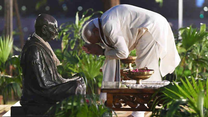 Narendra Modi paying homage to Mahatma Gandhi, at Sabarmati Ashram, in Ahmedabad, Gujarat on October 02, 2019. Photo: PIB