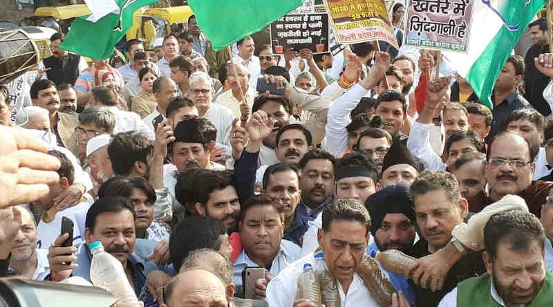 Delhi Congress workers showing bottles full of poisonous water in their protest on November 18, 2019. Photo: Delhi Congress